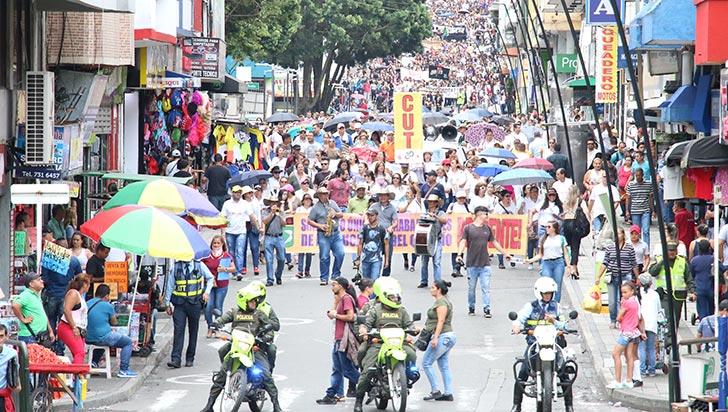 Masiva protesta por la educación;  más de 2.000 maestros salieron a las calles