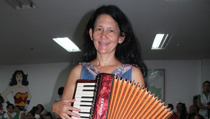 Amalia Low, una artista integral invitada al Quindío para leer con los niños