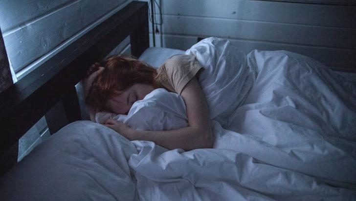 Dormir hasta tarde los fines de semana agravaría el dolor menstrual