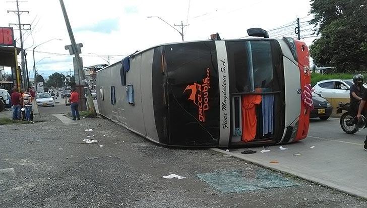 Bus de dos pisos se volcó en Armenia