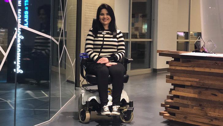 Una sonrisa bastará para que cuadripléjicos controlen a gusto esta silla de ruedas con IA