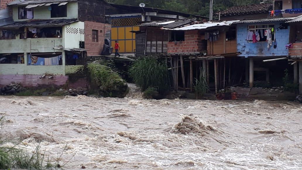 Por aumento inusual de río, habitantes y comerciantes de La María fueron evacuados