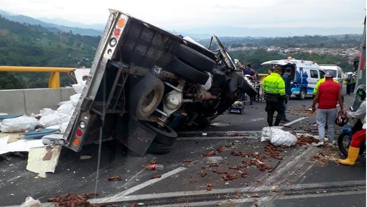 Volcamiento de vehículo en puente de Calarcá dejó dos lesionados