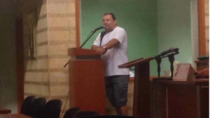 Polémica: en bermuda se presentó aspirante a secretaría del concejo