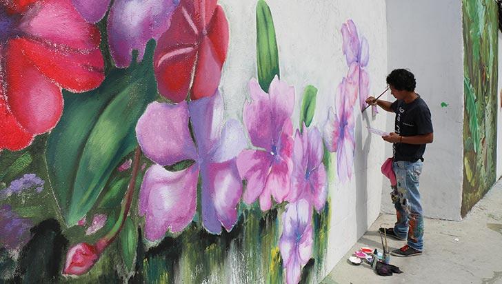 Flora y fauna, componentes de la última pintura del año de 'Ciudad mural'