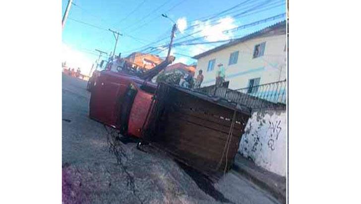 Camión se volcó subiendo una falda en Montenegro