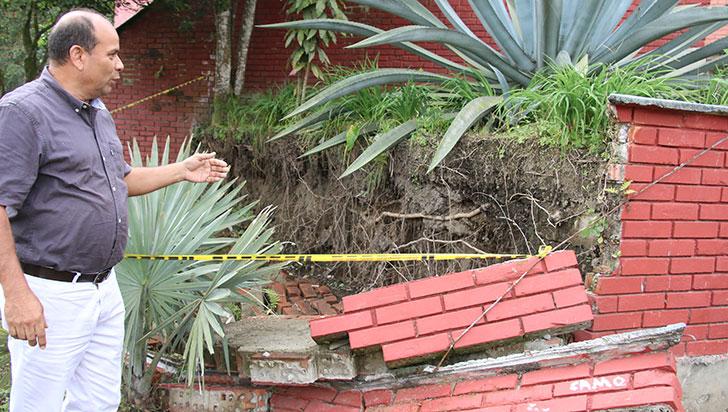El Instituto Calarcá lleva tres meses con un muro colapsado