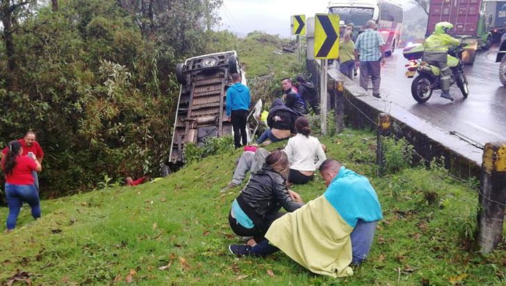 Paseo terminó en desgracia: 4 personas muertas y 13 heridos en accidente
