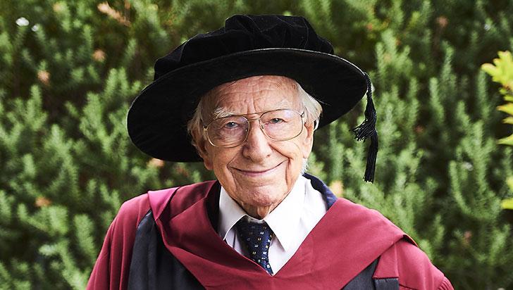 Un australiano de 94 años, el más anciano en lograr un doctorado en ese país