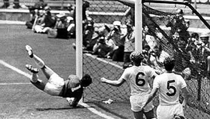 En su fallecimiento, se recuerda la 'atajada del siglo' de Gordon Banks a Pelé