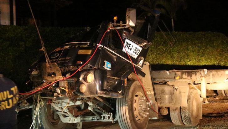 Conductor de tractocamión que se volcó en el sector de La Herradura resultó ileso