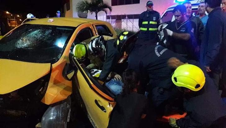 Taxi chocó contra la glorieta Malibú dejando una mujer muerta y dos heridos