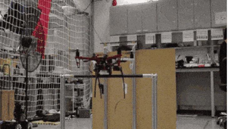 Este dron usa sus patitas para descansar sobre una rama como lo haría un murciélago