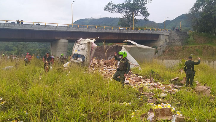 Tractocamión que transportaba medicina se volcó en el puente El Cafetal de Calarcá
