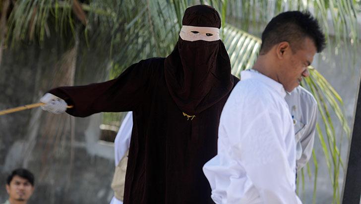Cinco parejas indonesias fueron azotadas por verse a solas sin estar casados