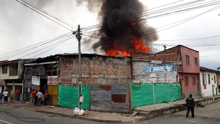 Voraz incendio consumió un inmueble en el barrio Guayaquil de Armenia