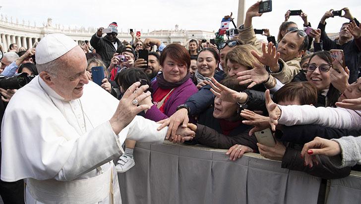 ¿Puede el anillo del Papa Francisco transmitir gérmenes a quienes lo besan?