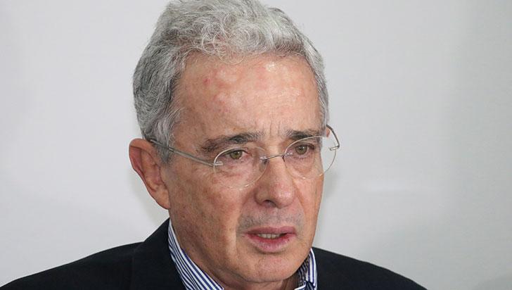 """Confusos trinos de Alvaro Uribe sobre """"autoridad"""" y """"masacres"""" generan polémica"""