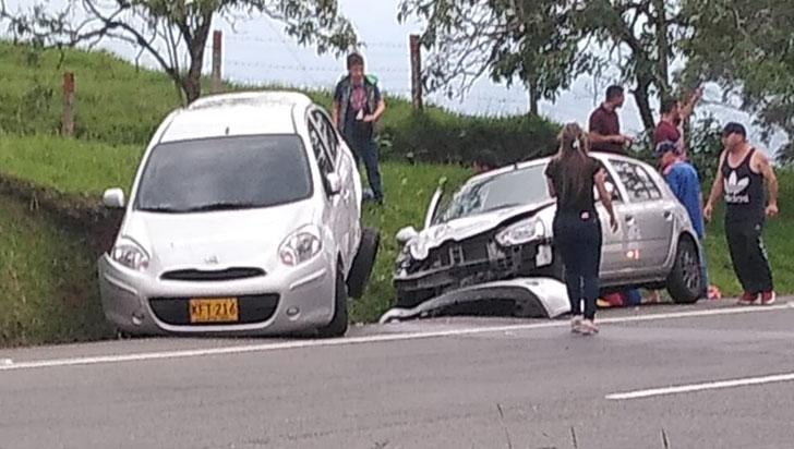Choque de carros dejó dos heridos