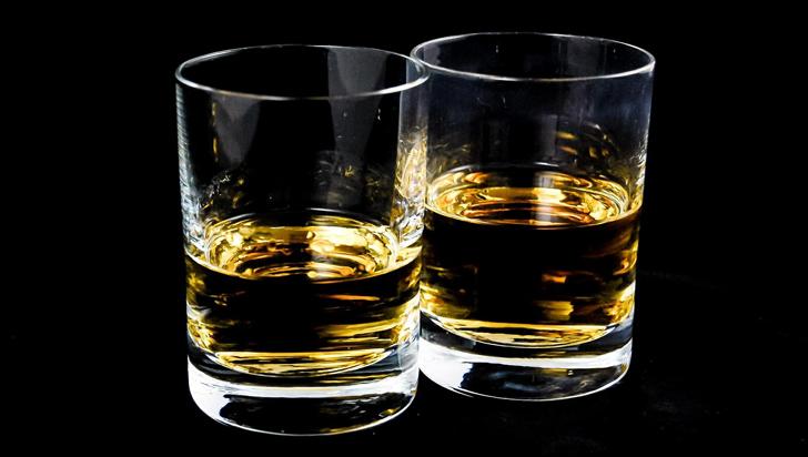 Beber bajas cantidades de alcohol no causaría enfermedades cardiovasculares