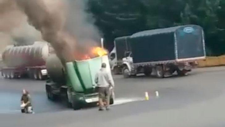A camión cisterna se le incineró la cabina