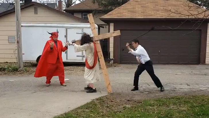 Sujetos vestidos de Jesús y Satán protestaron contra precandidato gay a presidencia de EE.UU.