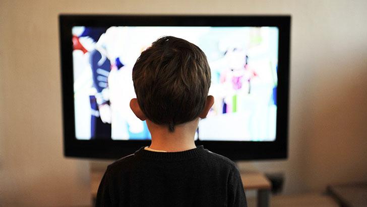 Niños de cinco años o menos no deben estar frente a las pantallas más de una hora diaria