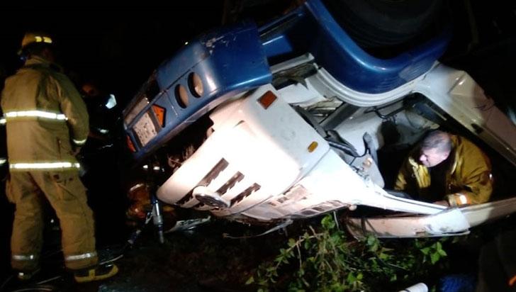 Accidente de camión en la vía Armenia - Pereira dejó una persona herida