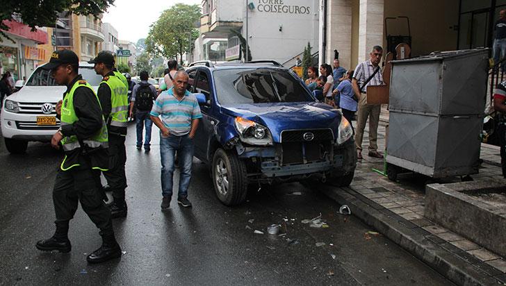 Conductor perdió el control, atropelló una persona y colisionó con 7 vehículos
