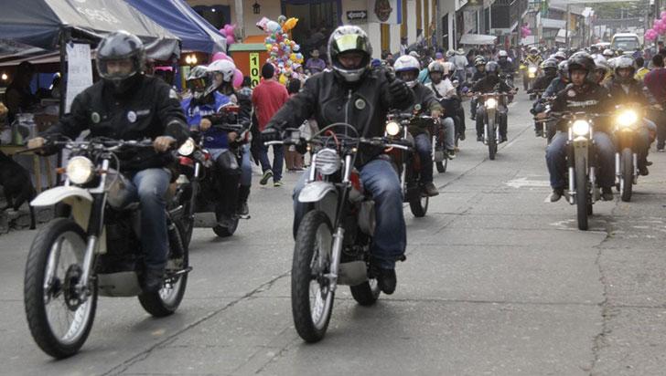 """""""La gente invierte más dinero en el celular que en un casco de seguridad"""": Motoristas"""