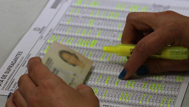 Consejo Nacional Electoral revive obligación de poner huella y firma para votar