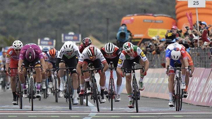 ¡Fernando Gaviria gana la tercera etapa del Giro!