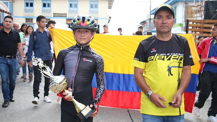 Público ayudó para que Esteban Mejía efectuara marca en ciclismo