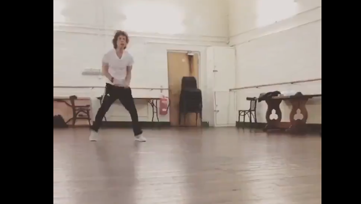 Mick Jagger, líder de los Rolling Stones, salta y baila tras su operación de corazón