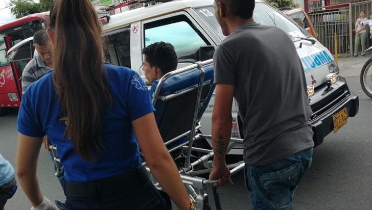 Un motociclista quedó lesionado al chocar con un carro en Armenia