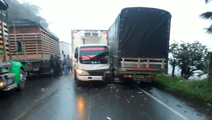 Choque de dos camiones dejó daños materiales