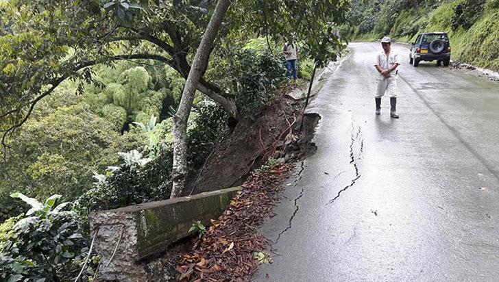 Por lluvias, vía Génova–Barragán está en alerta permanente
