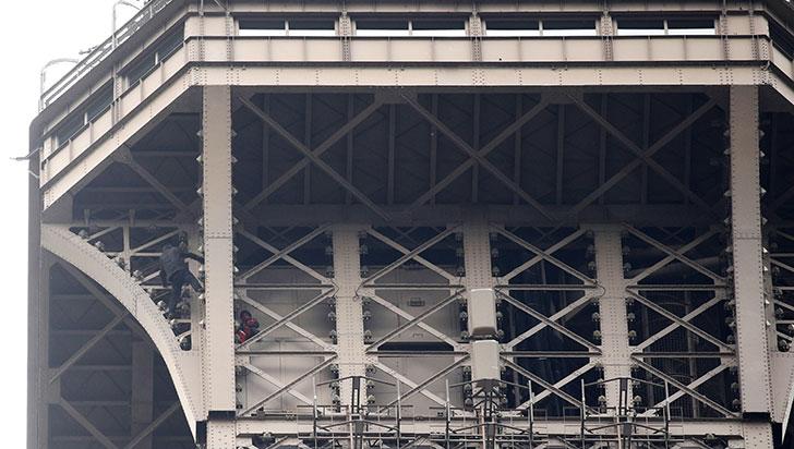 Detenido el escalador que trepó a la cumbre de la torre Eiffel