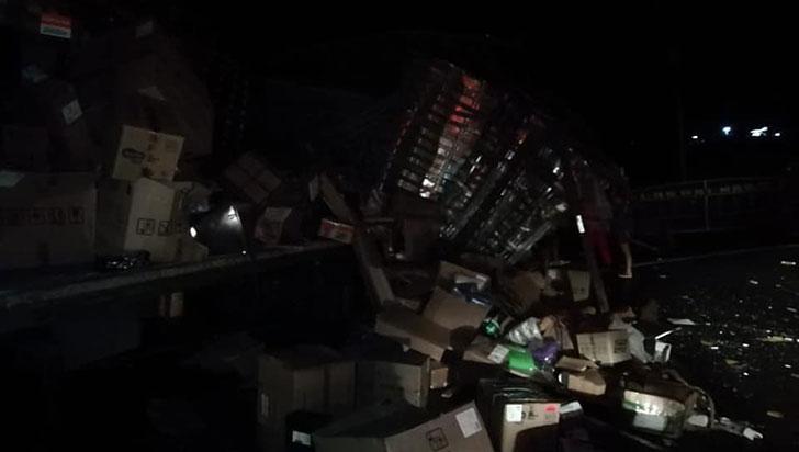 Choque entre tractocamión y vehículo de mensajería solo dejó pérdidas materiales