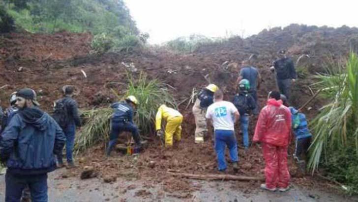 Derrumbe en la vía La Romelia - El Pollo en Pereira deja por lo menos tres muertos