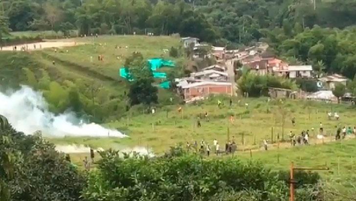 Enfrentamientos entre uniformados y ciudadanos por desalojo en La Mariela