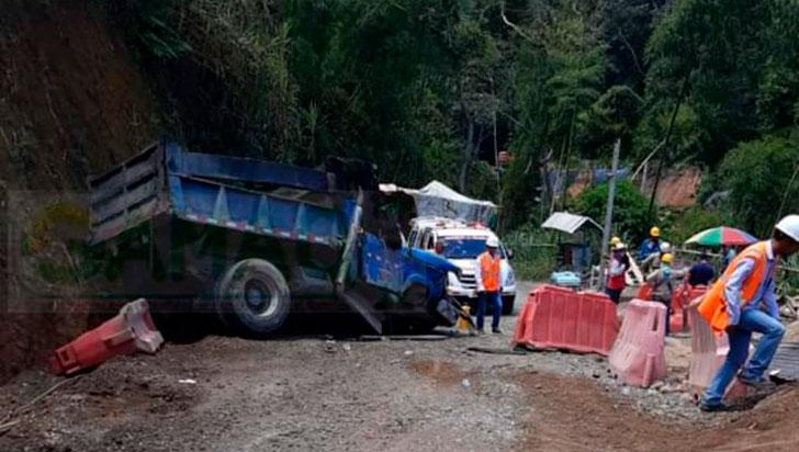 Volqueta perdió el control; dos heridos