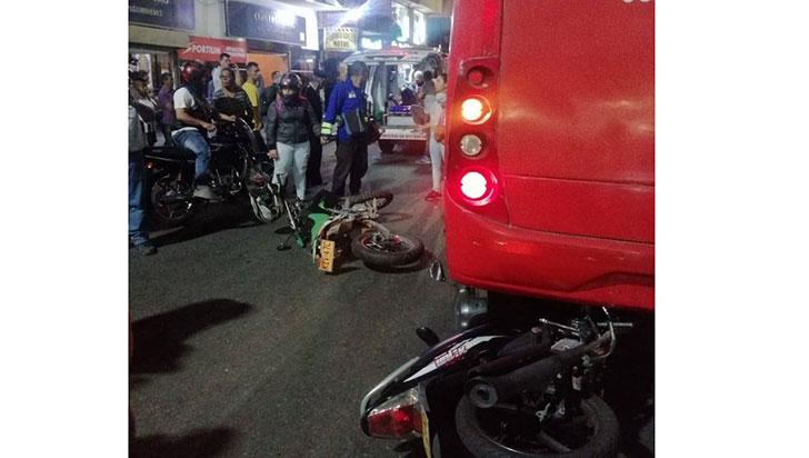 Accidente, con bus de Tinto, dejó dos motociclistas heridos