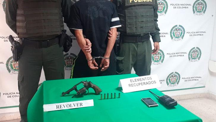 Le robaron el arma a un guarda de seguridad