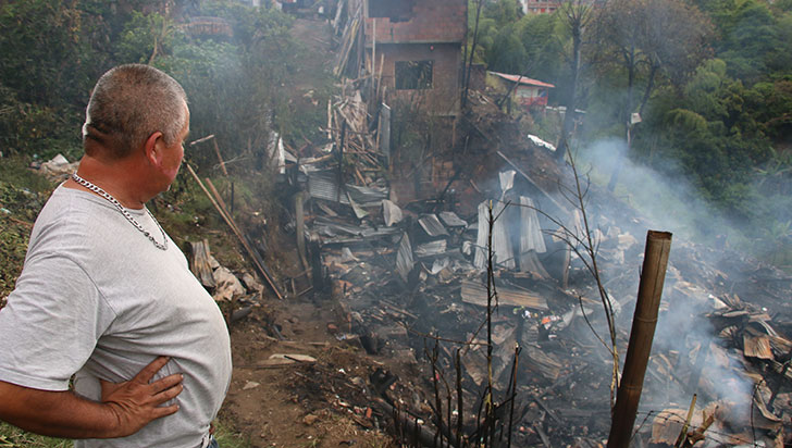 """""""Lo poco que había logrado conseguir en mi vida quedó en cenizas"""": damnificado por incendio"""