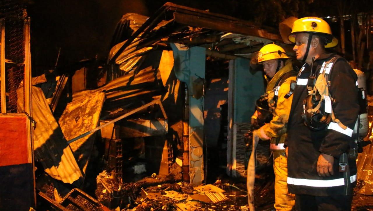 Tres viviendas consumidas y ocho personas afectadas en incendio en La Isabella baja