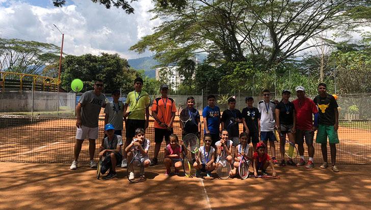 Para masificar el tenis, academia Alex Serna efectuó festival