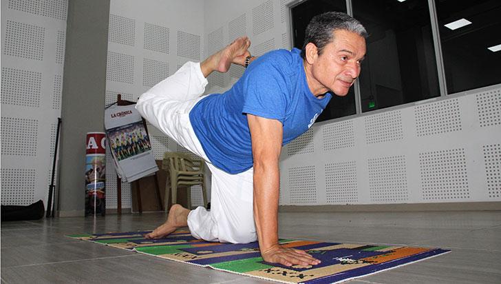 Carlos Gaona, un erudito del yoga en el Quindío