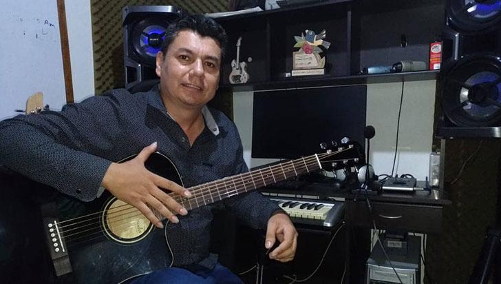 Helbert Cruz, ganador del Turpial Cafetero con su obra inédita