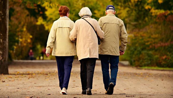 Adultos mayores que hablan con sus amigos tendrían menor riesgo de sufrir demencia
